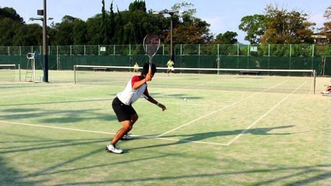 軟式テニスをしている風景の画像