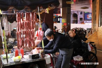 新竹城隍廟婆婆碳烤香腸攤!七旬夫婦苦養癱瘓兒,新竹人暖心力挺排隊買香腸
