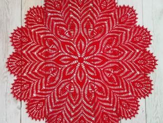 Ажурная красная салфетка