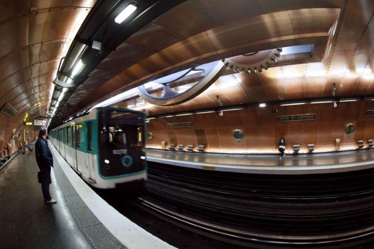 Parisdəki Arts et Metiers metro stansiyası, Fransa.