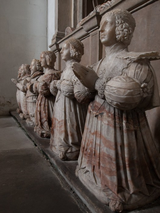 Statues of the Bruce children praying for the souls of their parents.