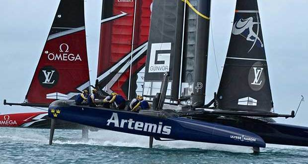 Emirates Team New Zealand crosses behind Artemis Racing at Mark 3, Race 3 - Challenger Final, Day 1 - 35th America's Cup - Day 14 - Bermuda June 10, 2017 Richard Gladwell www.photosport.co.nz