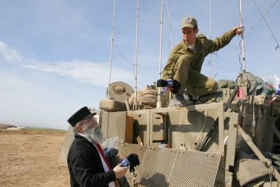חלוקת גרביים מחממות לחיילים