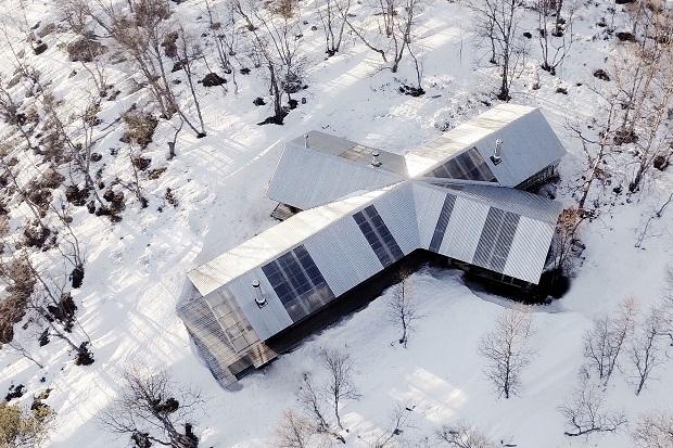 白銀世界に現れた、伝統と現代が出会うX(クロス)型の山荘「Femunden Cabin」
