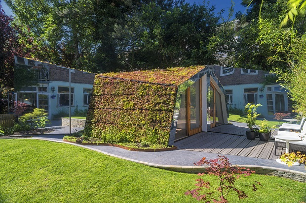 鏡とルーフガーデンで、庭に溶け込むスタジオ「Garden Studio」