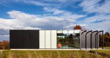 シンプルな長方形の家で心穏やかなひとときを。NY北部にあるゲストハウス
