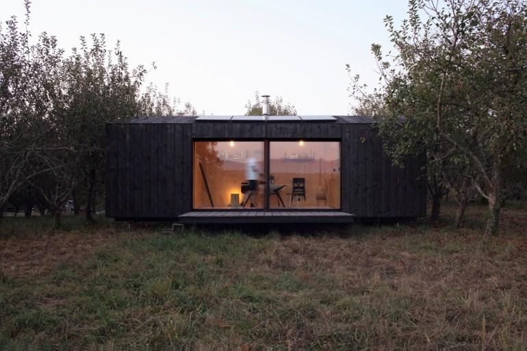 南西フランスで見つけた小さなプレハブハウス「h-eva」