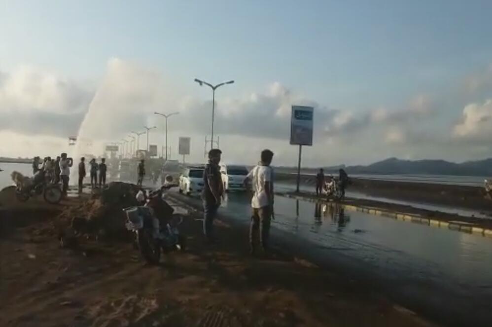 انفجار انبوب مياه يغذي عدد من مديريات العاصمة عدن