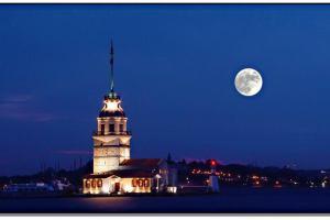 منظر القمر مع البرج ليلاً