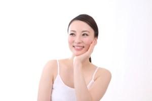 顔の脂の原因。テカリや臭いを抑える対策とは?