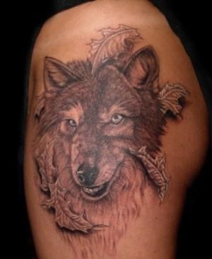 мужская татуировка на плече волк