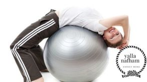 تمرين الثبات علي الكرة البالون .