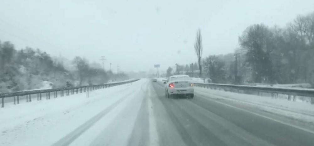 Kar yağışı Yalova'da da etkili oluyor. Araçlar buzlanan yollarda kaldı