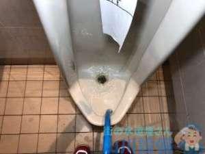 男子トイレ小便器水の流れが悪い 詰まり? 薬剤で解決する場合