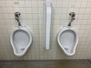 大阪市北区中津で小便器からの水漏れ修理は山川設備にお任せ下さい。