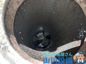 キッチンに繋がるトラップは汚い状態。山川設備が洗管作業で綺麗にします。
