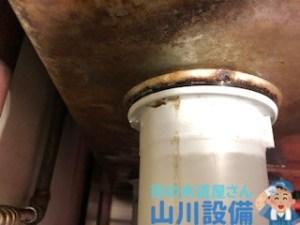 大阪府豊中市服部寿町の洗い場シンク排水トラップ水漏れは山川設備にお任せ下さい。