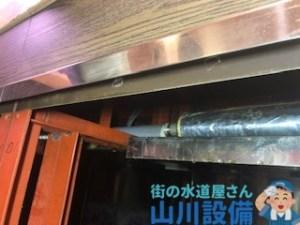 藤井寺市沢田のレーン下のフレキ管を交換したら保温材も巻きます。山川設備にお任せ下さい。