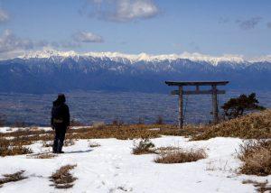 鉢伏山山頂。鳥居と北アルプス