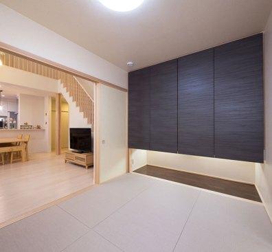 黒の押入扉で引き締まった印象のモダンな和室。
