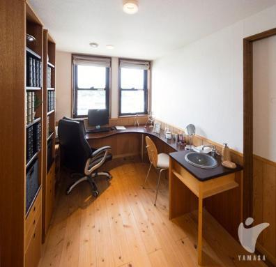 ご主人は書斎、奥様はパウダールームとして使えるコーナーを設け、それぞれの時間もしっかり楽しめる。