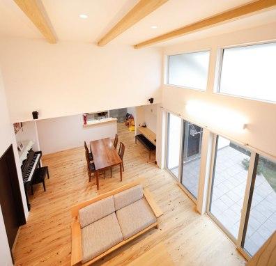 中2階から1階の眺め。目線が変わることでお互いの気配を感じつつ、独立性を保てる空間に|建築実例201712