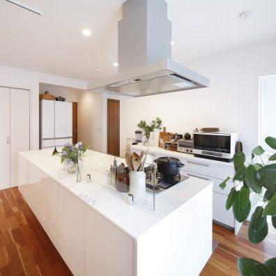 白でまとめたキッチン。吊戸棚や背面棚の無いアイランドタイプながら収納力も抜群