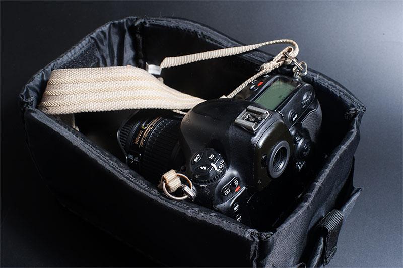 バッグの中にカメラを入れる