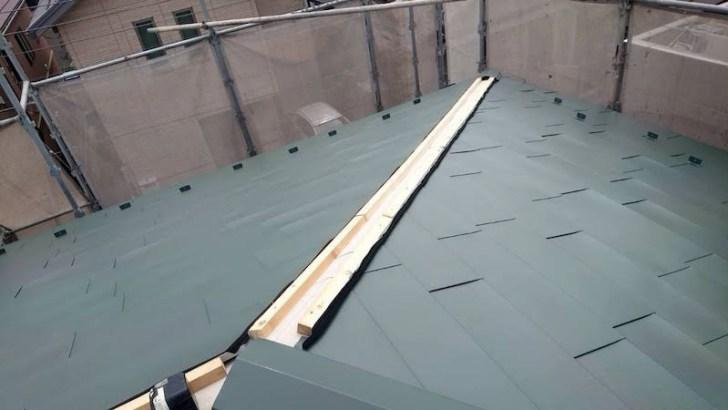 下屋根のガルバリウム鋼板の施工