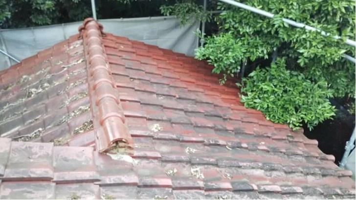 屋根の葺き替え工事の施工前の様子