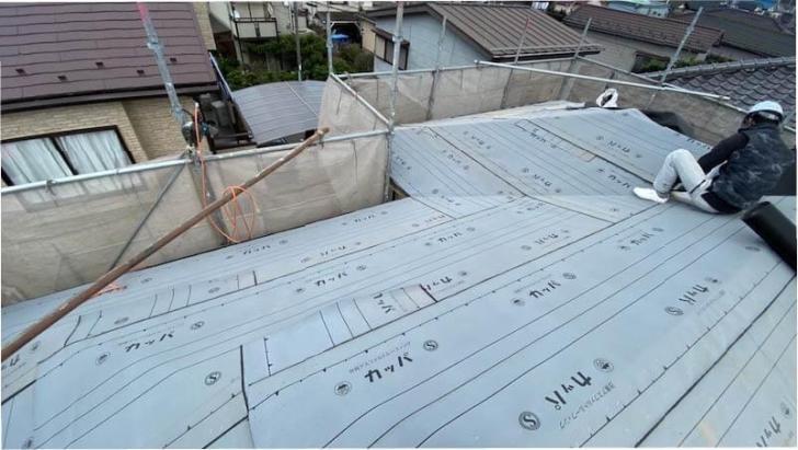 船橋市の屋根葺き替え工事の防水シートの施工