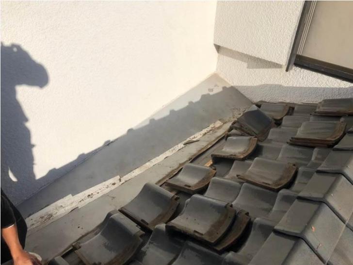 習志野市の屋根の葺き直し工事の瓦の解体