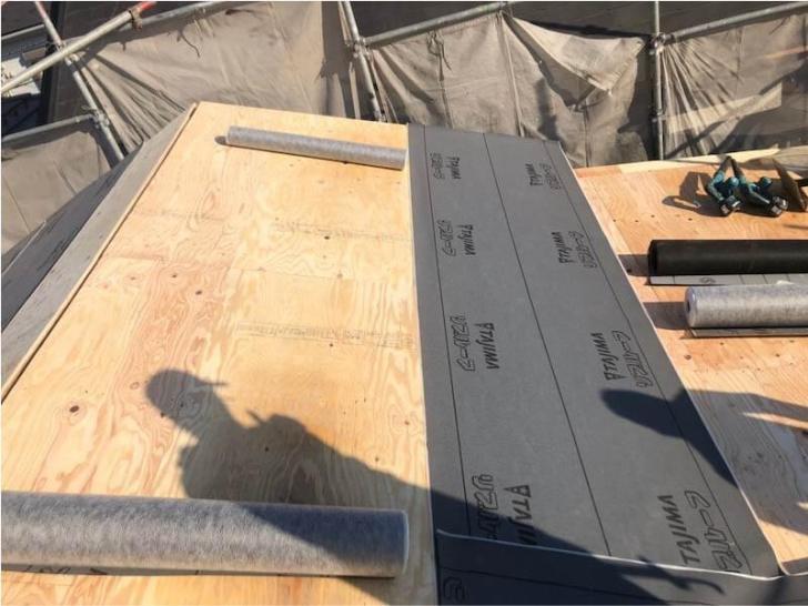 松戸市の屋根葺き替え工事の防水シートの設置