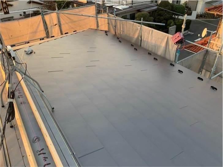 練馬区の屋根葺き替え工事のガルバリウム鋼板の施工
