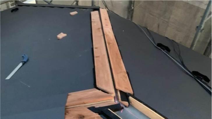 練馬区の屋根葺き替え工事の棟板金の取り付け