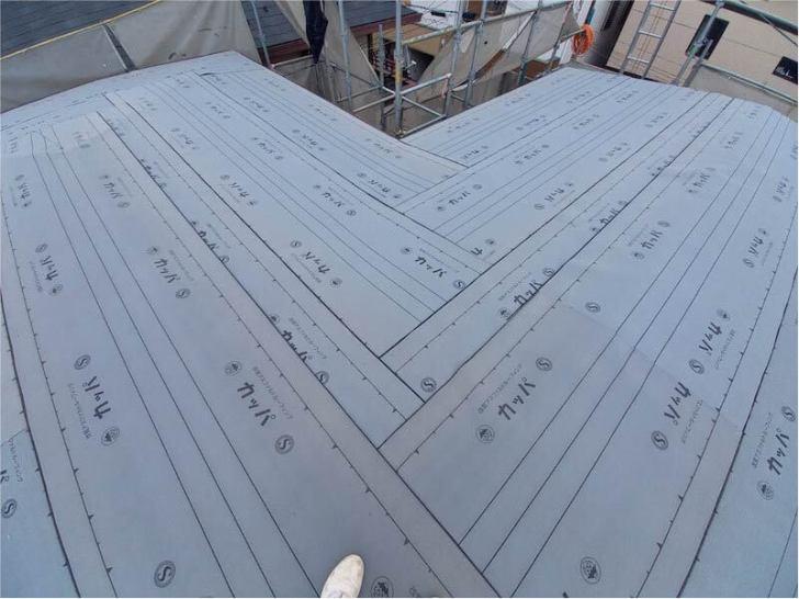 新座市の屋根葺き替え工事のルーフィングの取り付け