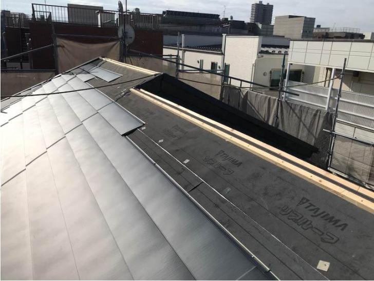 豊島区の屋根リフォームのガルバリウム鋼板の取り付け