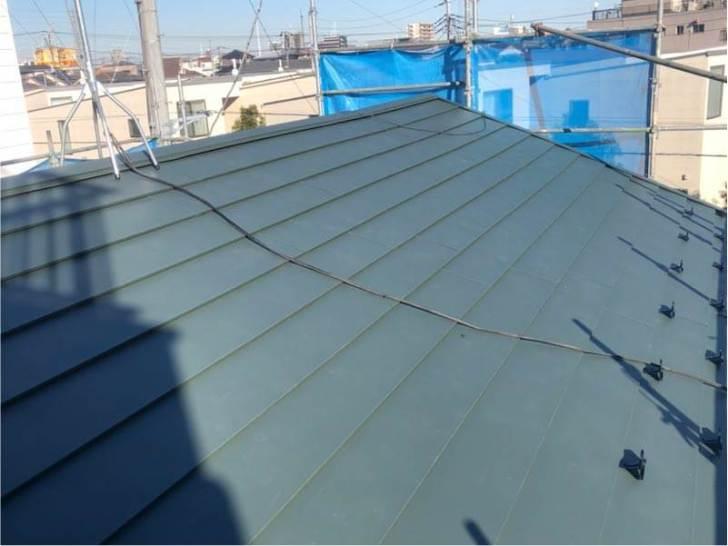 足立区の屋根葺き替え工事のガルバリルム鋼板の施行