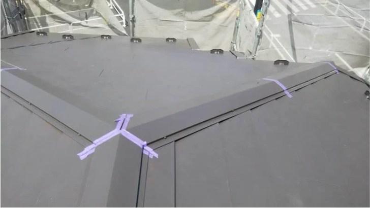 練馬区の屋根リフォームのガルバリルム鋼板の棟板金の取り付け