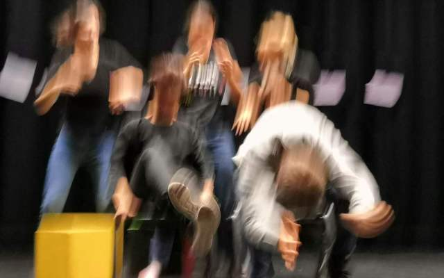 Une photo avec des comédiens et comédiennes flous