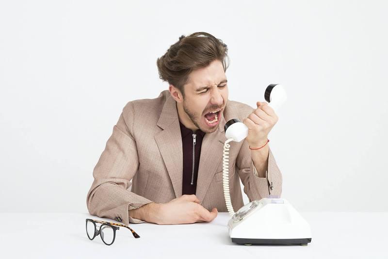 Un homme crie au téléphone