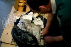 Antonio récupère des gâteaux dans les poubelles.