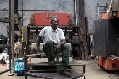 Hassan, 61 ans, est tolier soudeur depuis 18 ans à la métallerie Grésillon. Publication dans StreetPress.