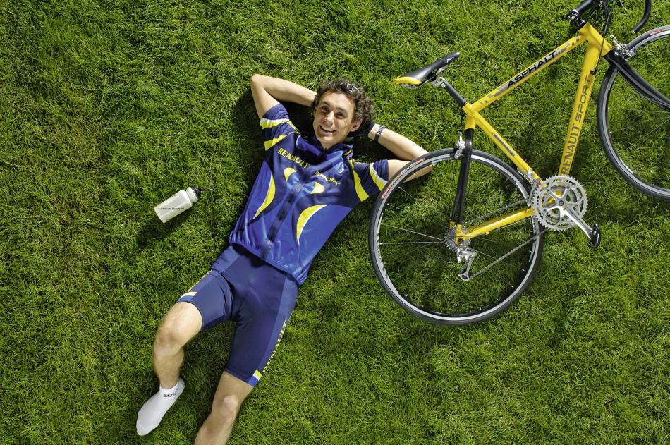 photo-cycliste-vue-dessus-gazon