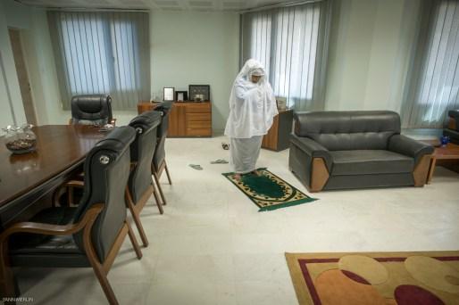 Khartoum Juin 2015. Bureau d'Amna Mirghani Hassan, responsable de la monnaie papier a la Banque Central du Soudan.Amna est nee dans l'ancienne capitale : Wad Madani. Son pere etait l'inportateur des machines a coudre Singer pour tout l'Est de l'Afrique. Elle fait parti d'un reseau d'hommes d'affaires et voyage en Europe pour des conferences notamment a la Banque centrale Europeene .Elle est nostalgique du Soudan d'avant 83, le moment ou la religion a commencé a peser dans la société soudanaise.