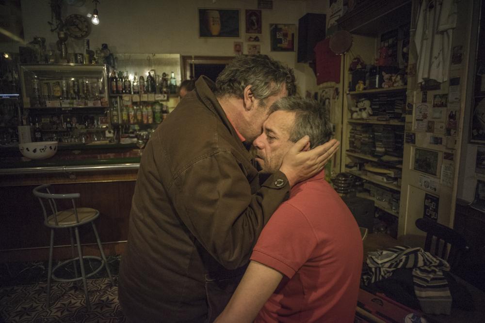 Le frere de Bruce est mis en examen dans une affaire de drogue.Maurice qui tente de consoler Bruce est implique dans la meme affaire.