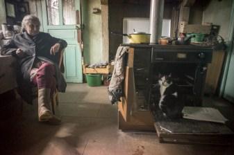 Mauricette vit seule dans sa maison natale.elle est a la retraite.
