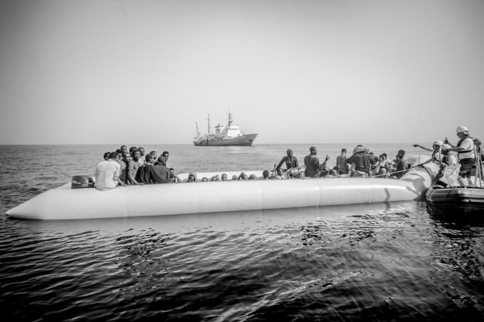 28/06/2016, eaux internationales a environ 20 000 miles des cotes Libyennes.Un bateau finance par la societe civile recupere des refugies qui partent de la Libye.
