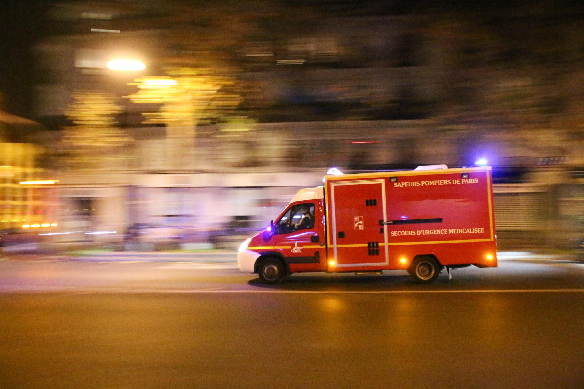 Une ambulance s'approche du Bataclan le soir des attentats du 13 novembre 2015 à Paris