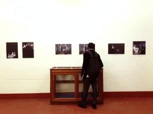 Visiteur regardant le travail d'Amine Oulmakki.